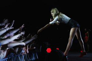 Taylor Swift – Love Hurts